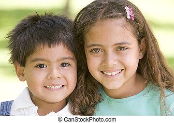 zuster, buitenshuis, het glimlachen, broer