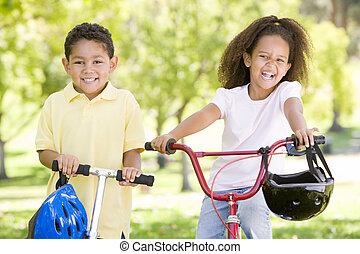 zuster, fiets, scooter, broer, buitenshuis, het glimlachen