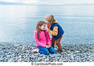 zuster, lente, broer, spelend, vroeg, strand, dag, aardig