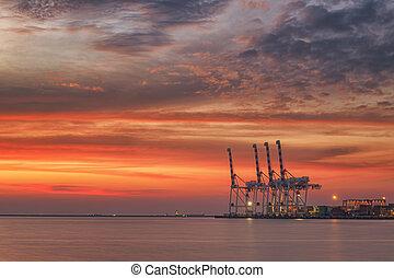 zvedat, a, průmyslový, lodní náklad loďstvo, do, varna, přístav, v, západ slunce