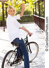 zwaaiende , middelbare , vrouw, oud, fiets