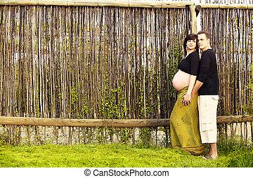 zwanger paar, buitenshuis