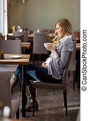 zwangere vrouw, het hebben van koffie
