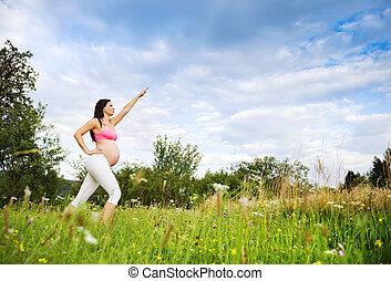 zwangere vrouw, het uitoefenen, in, natuur