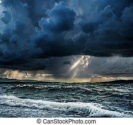zware regen, op, stormachtige oceaan