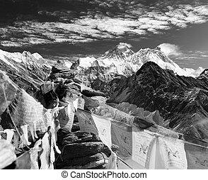 zwart wit, aanzicht, van, everest, van, gokyo, ri, met, gebed, vlaggen, en, wolken, -, nepal