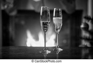 zwart wit, beeld, van, fles, vullen, bril, met, champagne, op, kerstmis, tafel
