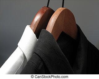zwart wit, overhemden, op, houten, hangers