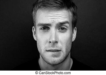zwart wit, verticaal, foto, van, jonge man, met, een, innige, blik, in, v hals, t hemd