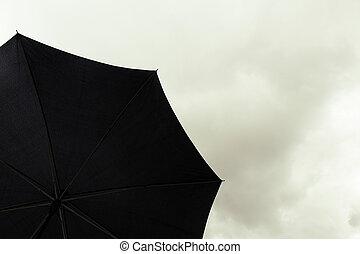 zwarte paraplu, in, bewolkte hemel