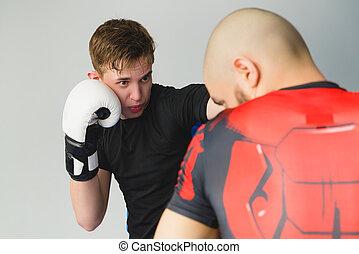 zwei, boxen, maenner, trainieren, zusammen, an, der, fitnesscenter