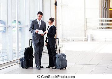 zwei, businesspeople, versammlung, an, flughafen