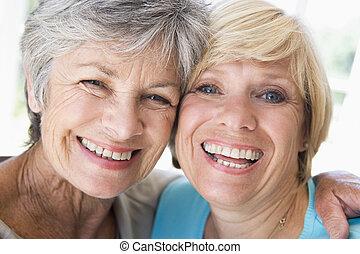 zwei frauen, in, wohnzimmer, lächeln