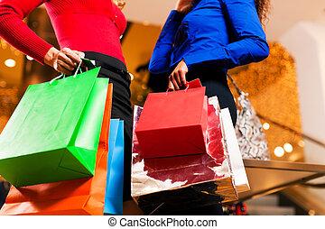 zwei freunde, shoppen, in, einkaufszentrum, mit, säcke