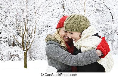 zwei, freundinnen, umarmen, draußen, in, winter