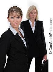 zwei, geschäftsfrauen, posierend