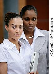zwei, geschäftsfrauen, standen, mit, laptop