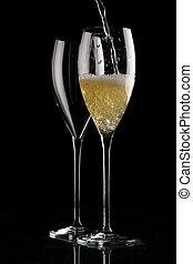 zwei, gläser champagner, auf, schwarz