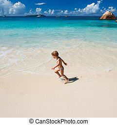 zwei jahr alt, junge, spielende , auf, sandstrand