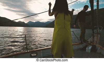 zwei, junge leute, segeln, auf, segelboot, und, tanzen,...