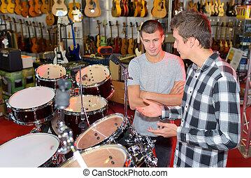 zwei, junge männer, anschauen, trommel, stets, in, a, kaufmannsladen