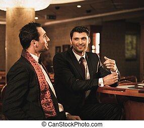 zwei, junge männer klagen, hinten, gluecksspiel, tisch, in, a, kasino