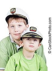 zwei jungen, in, grün, t-shirts, und, weißes, meer, peak-caps, mit, augenpaar, schauen, somewhere, aufwärts, fokus, auf, kleiner junge