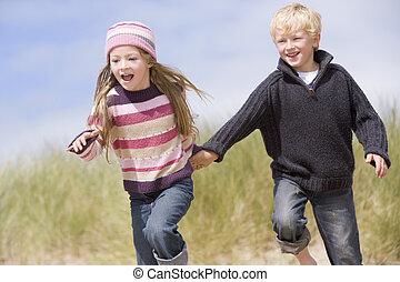 zwei, junger, rennender , halten hände, lächeln, sandstrand...