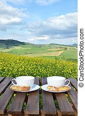 zwei, kaffeetassen, und, cantuccini, auf, der, holztisch,...