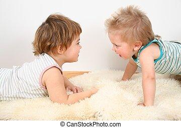 zwei kinder, auf, pelz, teppich