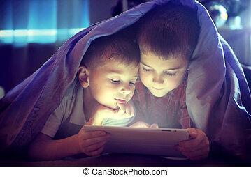 zwei, kinder, gebrauchend, tablette pc, unter, decke, nacht