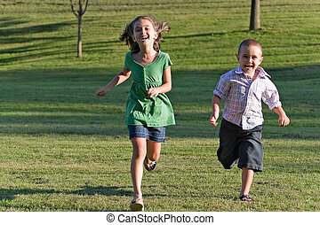 zwei, kinder, rennender