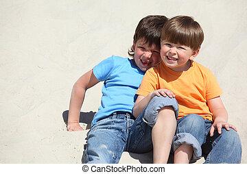 zwei kinder, sitzen, auf, sand