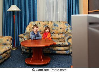 zwei kinder, uhr, fernsehapparat