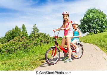 zwei, kleine m�dchen, sitzen, fahrrad