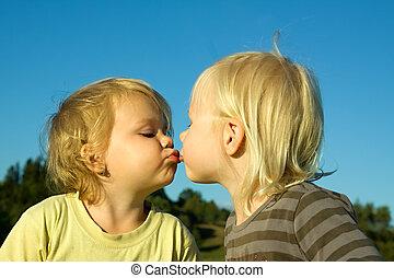 Küssende Mädchen