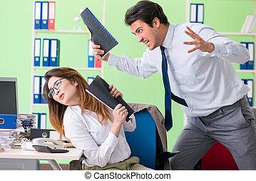 zwei, kollegen, arbeitende , in, büro