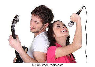 zwei leute, singende, und, spielende gitarre