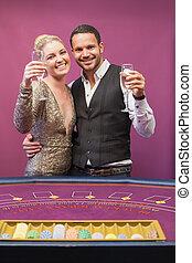 zwei leute, toasten, in, a, kasino