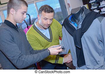 zwei männer, anschauen, sportarten-kleidung, in, kaufmannsladen