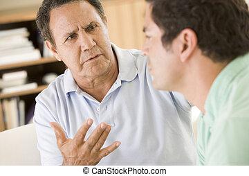 zwei männer, in, wohnzimmer, sprechende