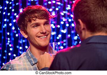 zwei männer, sprechende , an, party, in, nachtclub