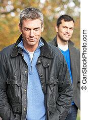 zwei männer, stehende , draußen, in, herbst, waldland