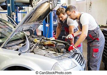 zwei, mechanik, reparieren auto, in, a, werkstatt