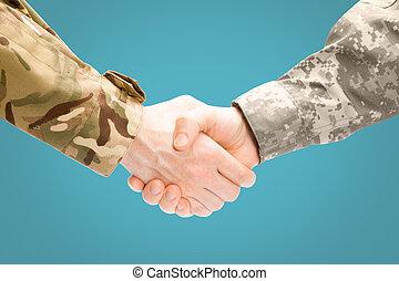 zwei, militaer, männer, hände rütteln, weiß, hintergrund, -, aufschließen, studio- schuß