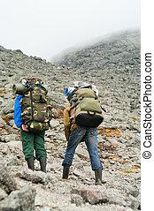 zwei, muede, backpackers, in, berge, mit, rucksäcke