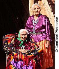 zwei, navajo, frauen, in, traditionelle kleidung, wer, ar,...
