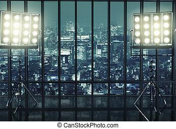 zwei, riesig, reflektoren, und, stadt, in, der, hintergrund