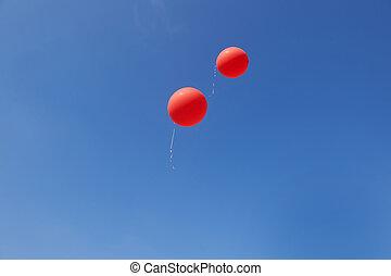zwei, rotes , luftballone, fliegendes, in, a, blauer himmel