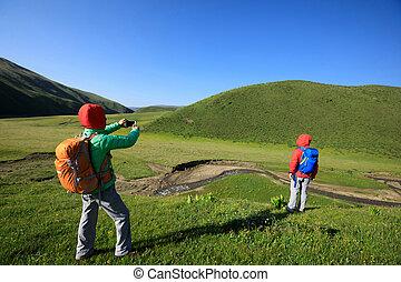zwei, rucksackwandern, friends, wandern, in, prärie, berge